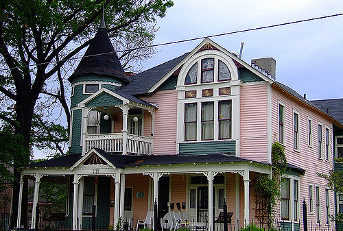 Photo of a Victorian home in Cooper-Young. Though this house is made of wood, a lot of the houses in the neighborhood are made out of brown bricks. Photo by duluoz cats, used in accordance with the Creative Commons 2.0 license.